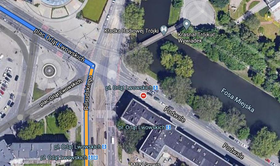 Zakaz jazdy prosto z pl. Orląt Lwowskich w kierunku Podwala /Google Maps