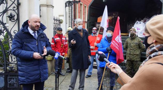 prezydent Wrocławia Jacek Sutryk podczas przekazania paczek świątecznych dla potrzebujących