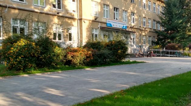 chodnik przed szkołą przy ul. Pautscha