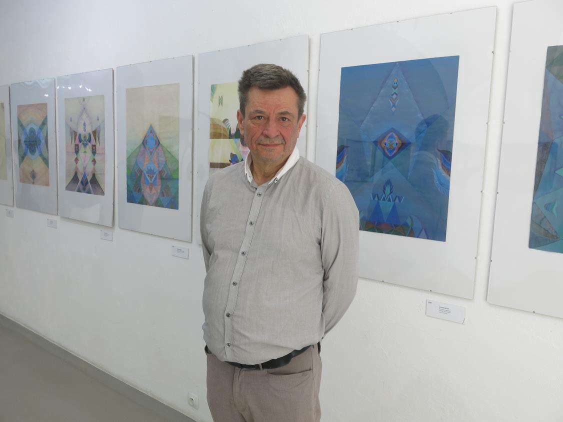"""Mirosław Jasiński - kurator wystawy """"Elewator sztuki"""" w Galerii Miejskiej"""