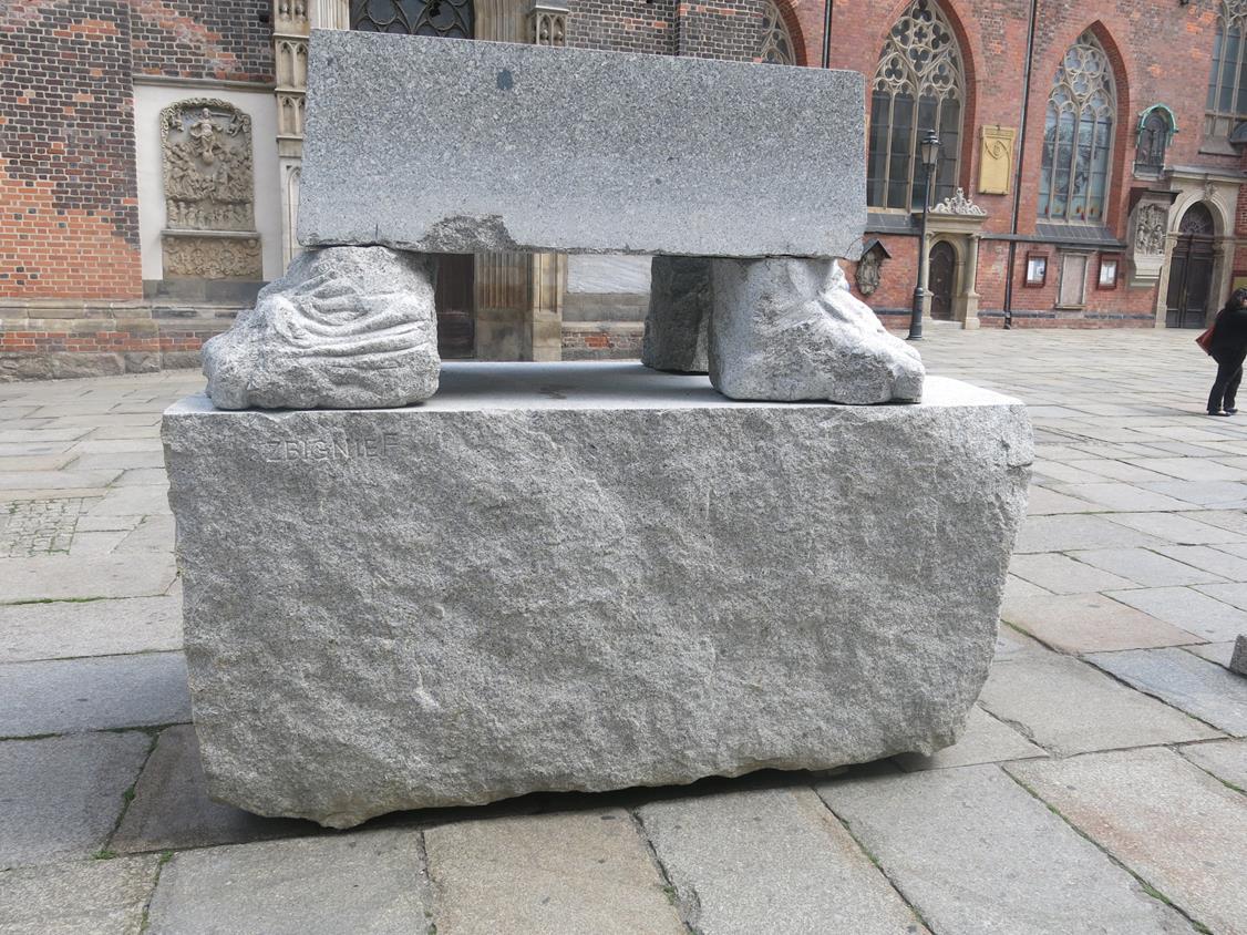 Rzeźba Zbigniewa Frączkiewicz przed Bazyliką Św. Elżbiety Węgierskiej
