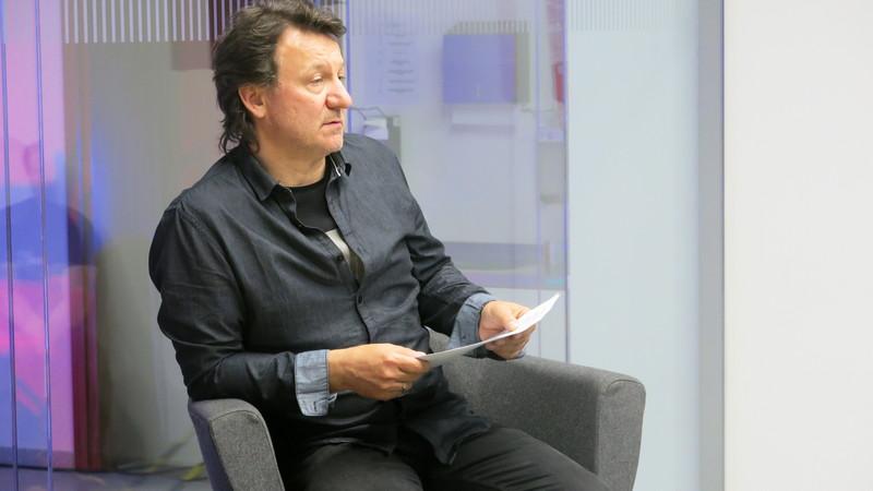 """Robert Więckiewicz w Centrum Symulacji Medycznej UMed czytał""""Obcego"""" Alberta Camusa, fot. Bartosz Moch"""