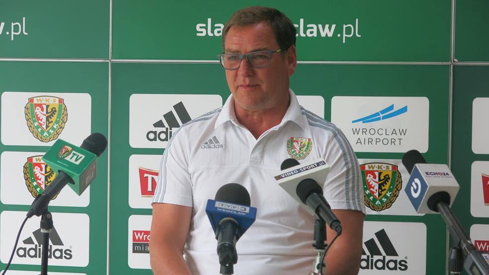 Trener WKS-u Jan Urban na konferencji prasowej przed meczem z Arką Gdynia.