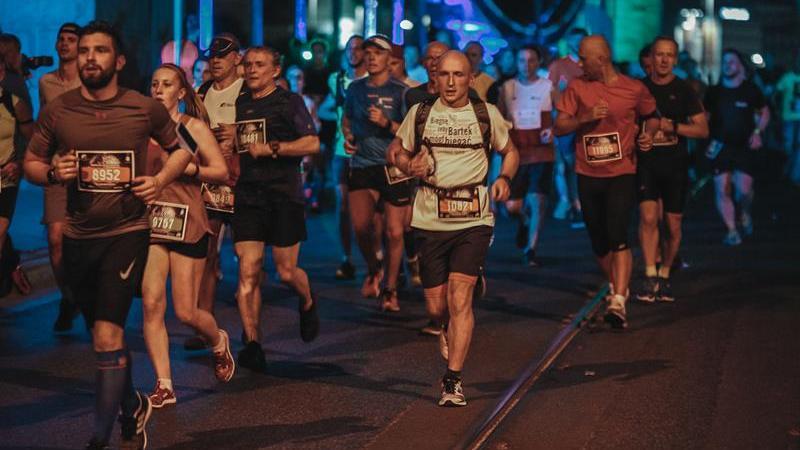 Tak biegacze rywalizowali podczas 6. PKO Nocnego Wrocław Półmaratonu w czerwcu 2018 r.