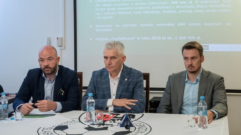 Założenia nowego programu przedstawili (od lewej): Jacek Sutryk, dyrektor Departamentu Spraw Społecznych UMW, Andrzej Padewski, prezes Dolnośląskiego Związku Piłki Nożnej oraz Piotr Mazur, dyrektor Biura Sportu i Rekreacji UMW.