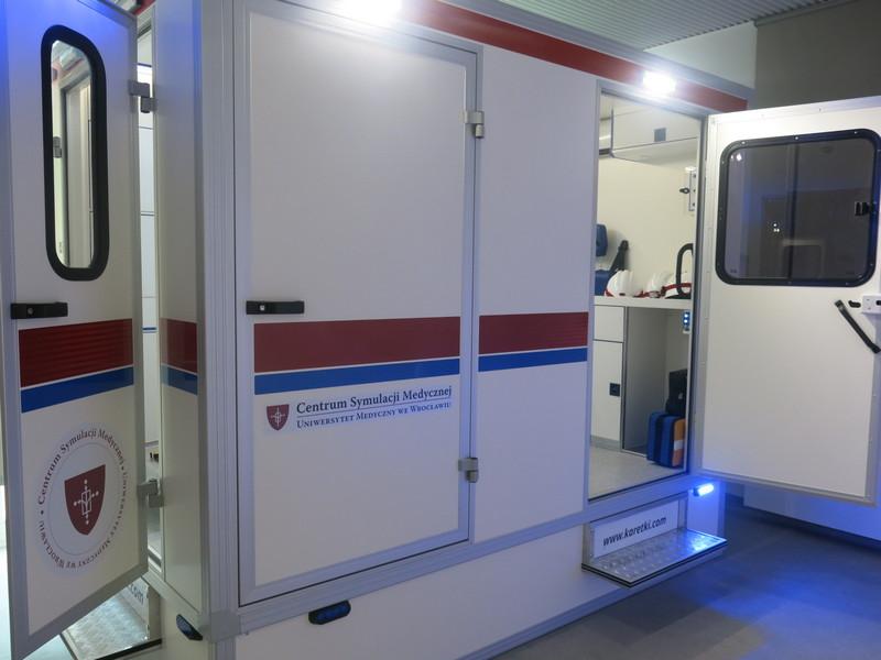 """CSM zostało również wyposażone we własny ambulans, którym """"poszkodowani"""" są transportowani z wypadków, fot. Bartosz Moch"""