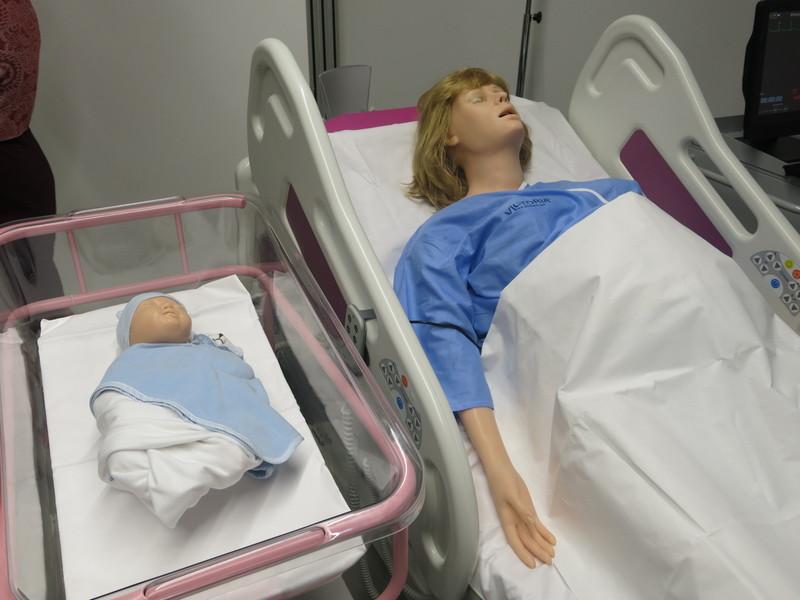 Studenci w sali porodowej będą mogli przećwiczyć ponad 40 różnych scenariuszy odbioru porodu, fot. Bartosz Moch