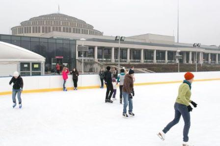 Zabawy z Mikołajem na lodowisku przy Hali Stulecia