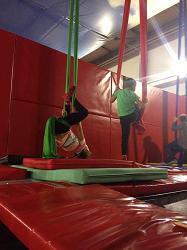 Akrobatyka na szarfach dla dzieci i młodzieży.
