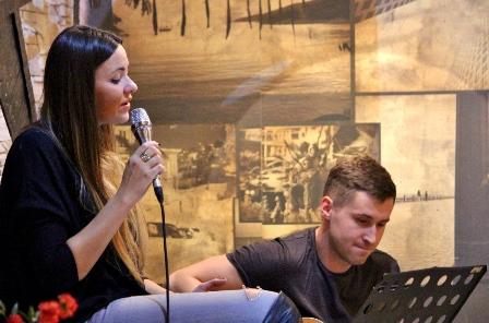 Natalia Podwin akustycznie w restauracji ALYKI