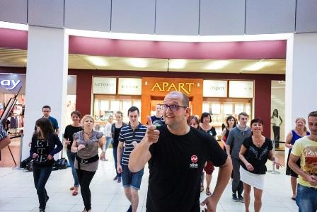 """""""Tańczący z wakacjami"""", czyli bezpłatne lekcje, pokazy i animacje taneczne w Arkadach Wrocławskich"""