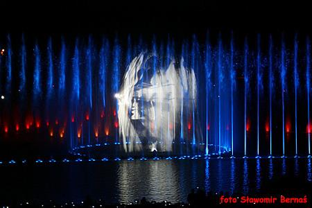 Pokazy specjalne fontanny multimedialnej na pergoli