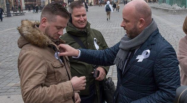 Prezydent Wrocławia Jacek Sutryk na inaugurację kampanii rozdawał mieszkańcom białe wstążki, fot. UMW