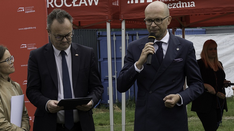 Od lewej: Olav Myklebust, ambasador Królestwa Norwegii i Jakub Mazur, wiceprezydent Wrocławia. Fot. UMW