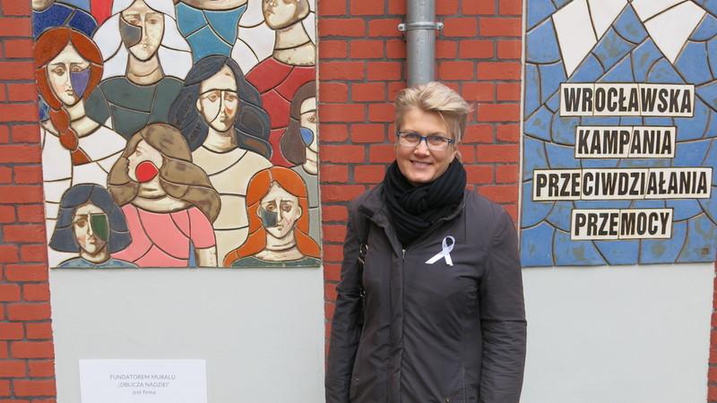 Joanna Hazuka, absolwentka Akademii Sztuk Pięknych we Wrocławiu oraz autorka muralu.