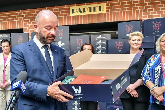 Prezydent Wrocławia, Jacek Sutryk przekazuje pierwsze Wrocławskie Niezbędniki Senioralne
