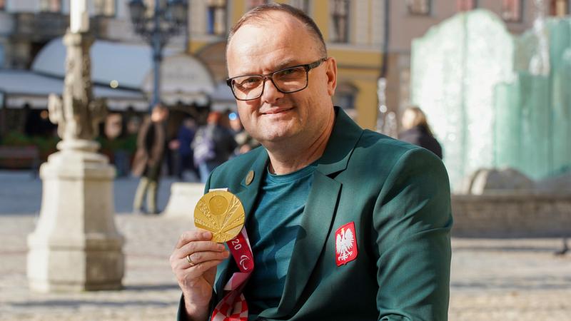 Piotr Kosewicz to złoty medalista w rzucie dyskiem na paraolimpiadzie w Tokio, mieszkający na co dzień w Zawidowie, na Dolnym Śląsku, fot. UMW