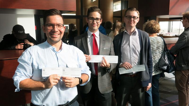 Od lewej: Jakub Łakomy, Kamil Gaweł i Krzysztof Strużyński - szczęśliwi posiadacze wejściówek na niedzielne spotkanie z Olgą Tokarczuk. Fot. Bartosz Moch