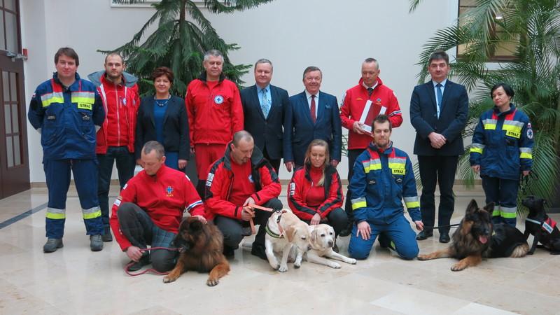 Przedstawiciele służb oraz Uniwersytetu Przyrodniczego wraz z czworonożnymi pacjentami, fot. Bartosz Moch