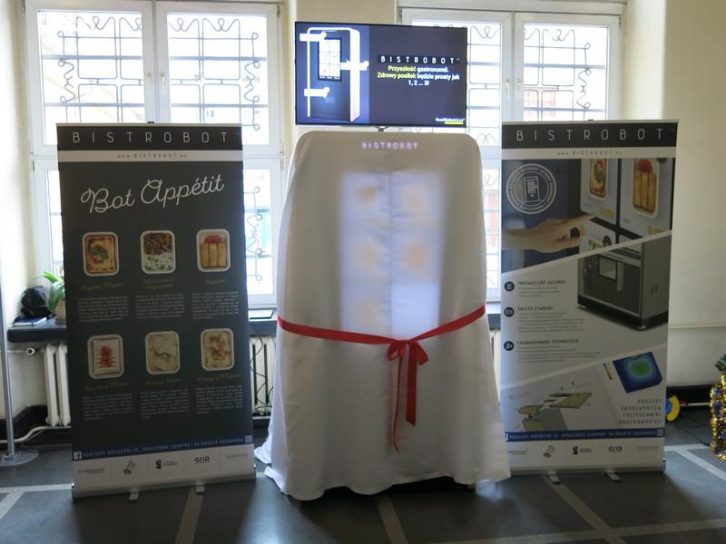 To pierwszy - zdaniem producentów - tak zaawansowany technologicznie automat do wydania posiłków na świecie, fot. Bartosz Moch