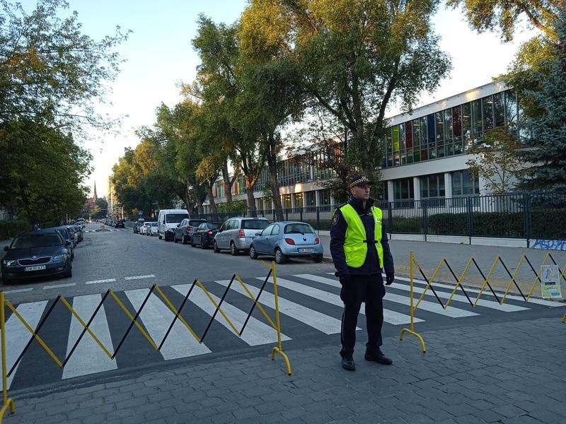 Straż miejska na 30 minut zablokowała dojazd do szkoły podstawowej nr 84