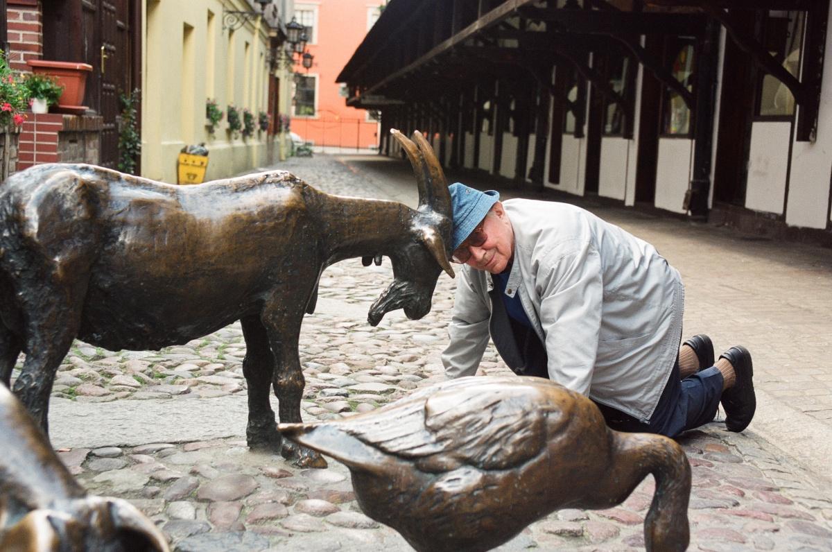 """Tadeusz Różewicz przy pomniku """"Ku czci Zwierząt Rzeźnych"""" na Jatkach"""